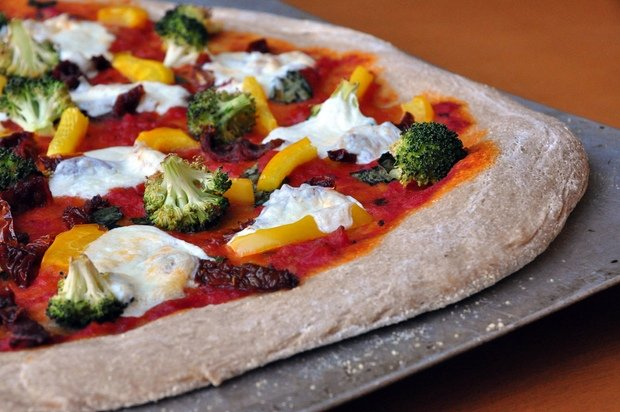 Healthy Recipe: Whole-Wheat Pizza With Sundried Tomatoes, Broccoli, and Peppers