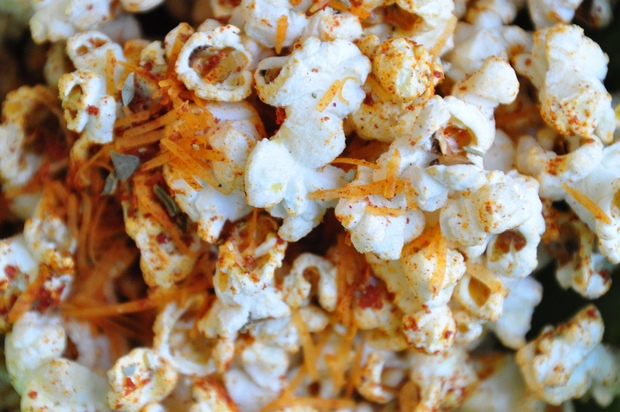 Healthy Recipe: Old-Fashioned Popcorn With Pizza or Curry Spices