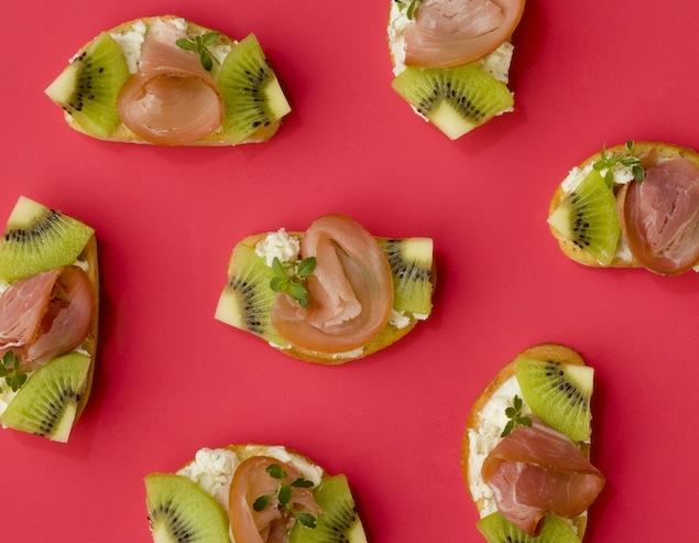 Healthy Recipe: Kiwi-Prosciutto Crostini