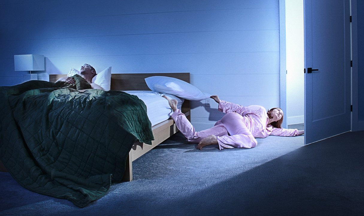 Муж спит пьяный а жена рядом с ним изменяет