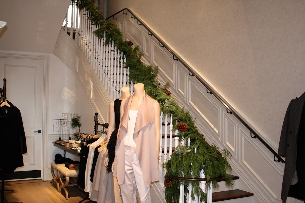 12-4-15-club-monaco-festive-bar-stairs