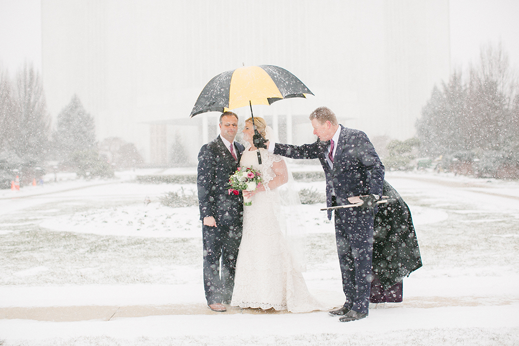 blizzard-wedding-with-umbrella