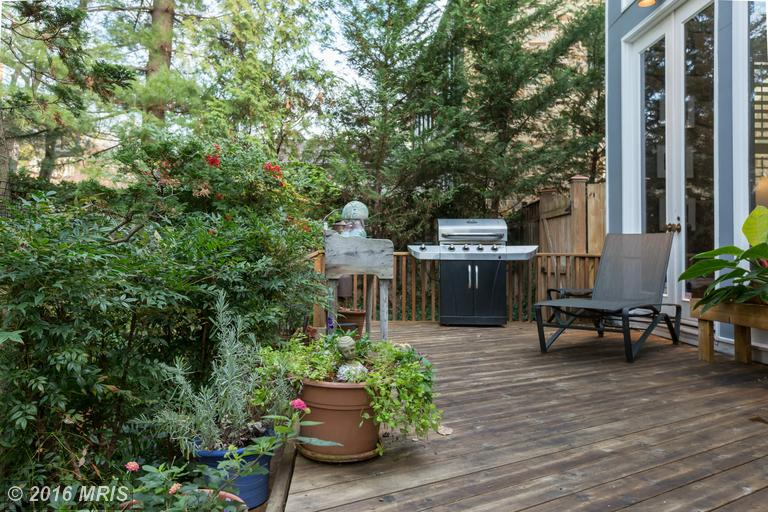 Large private deck off kitchen and fam room -