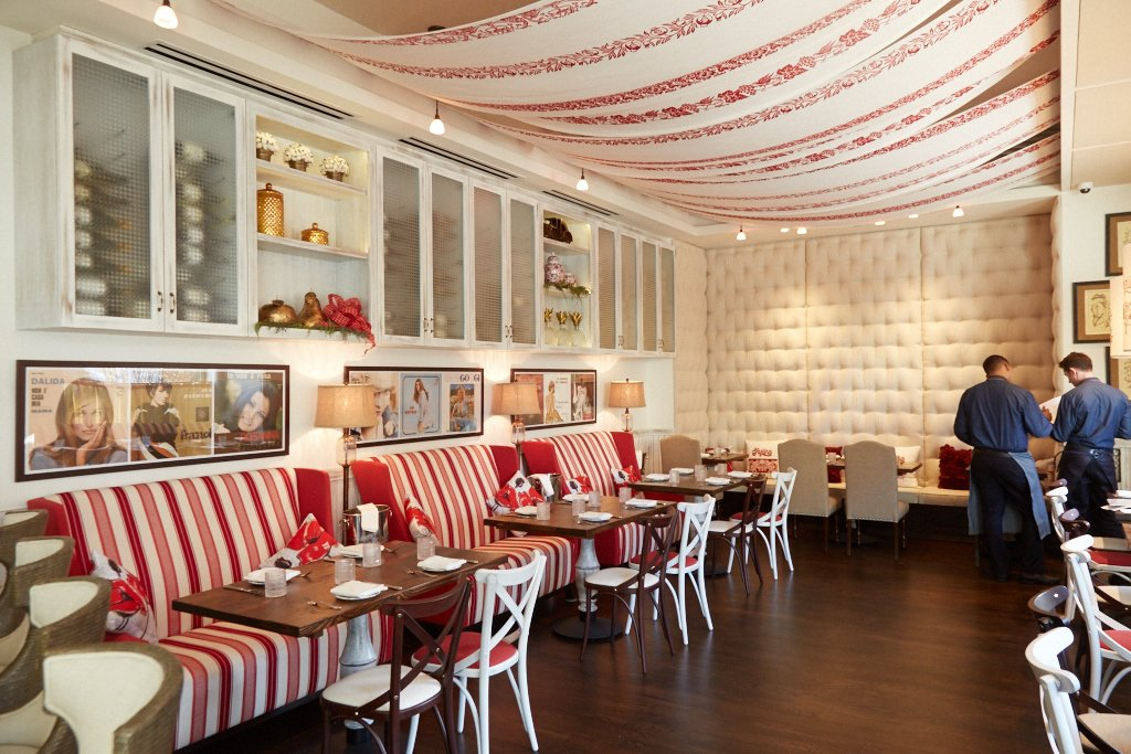 The dining room is meant to be casual-yet-stylish, with custom fabrics and bright banquettes.