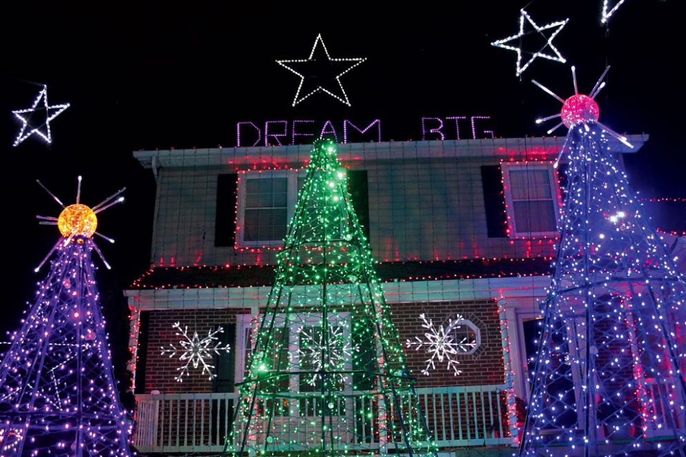 we found 3 of the craziest christmas light houses in washington - Christmas Light Houses
