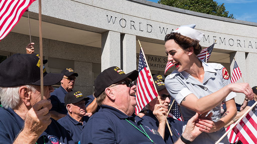 "Elderly Veterans Get a Smooch, and a Hearty ""Welcome Home"" on the Mall"