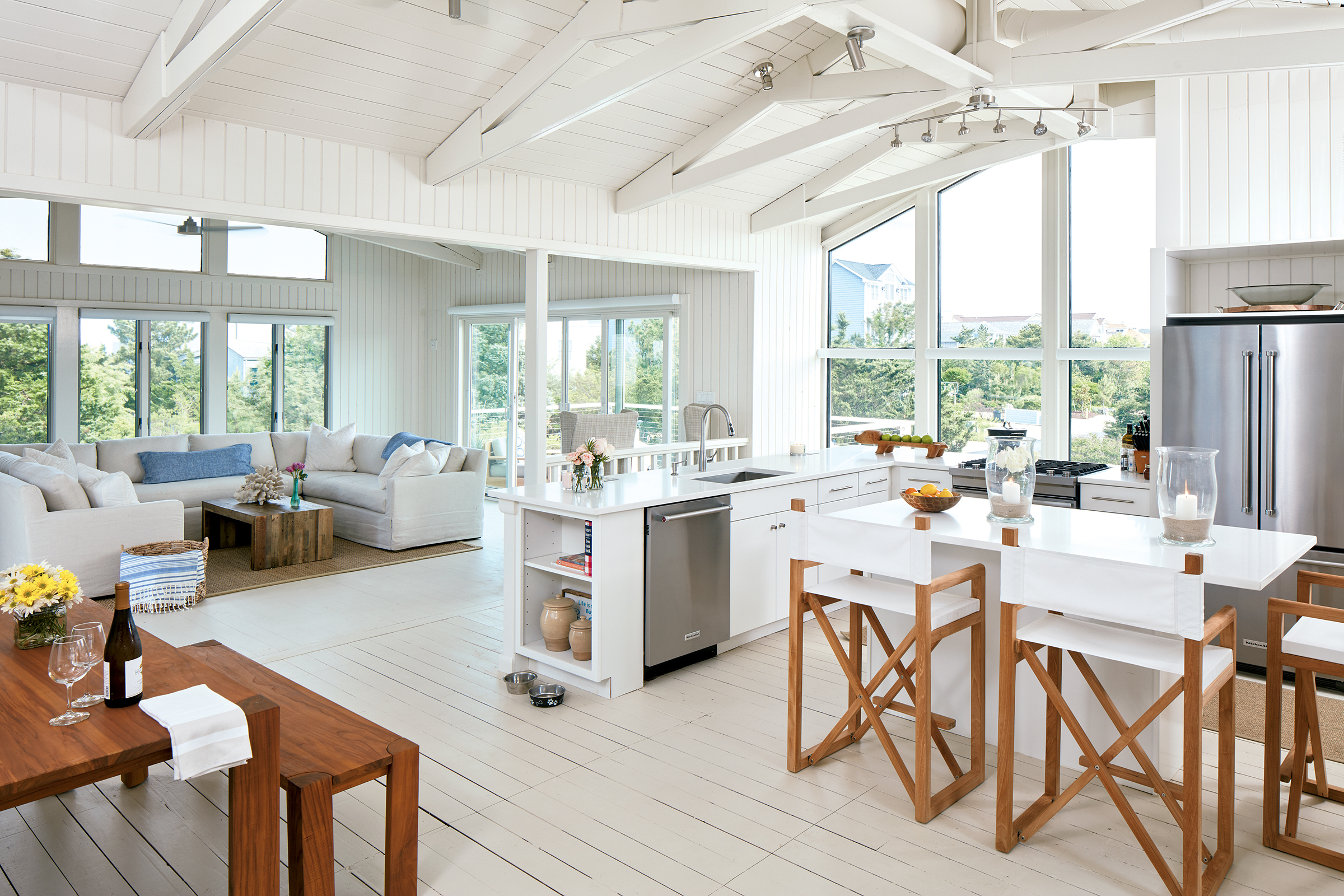 Builder Marnie Oursler heightened the beachy feel with a bright-white palette. Photograph by by Dana Hof.