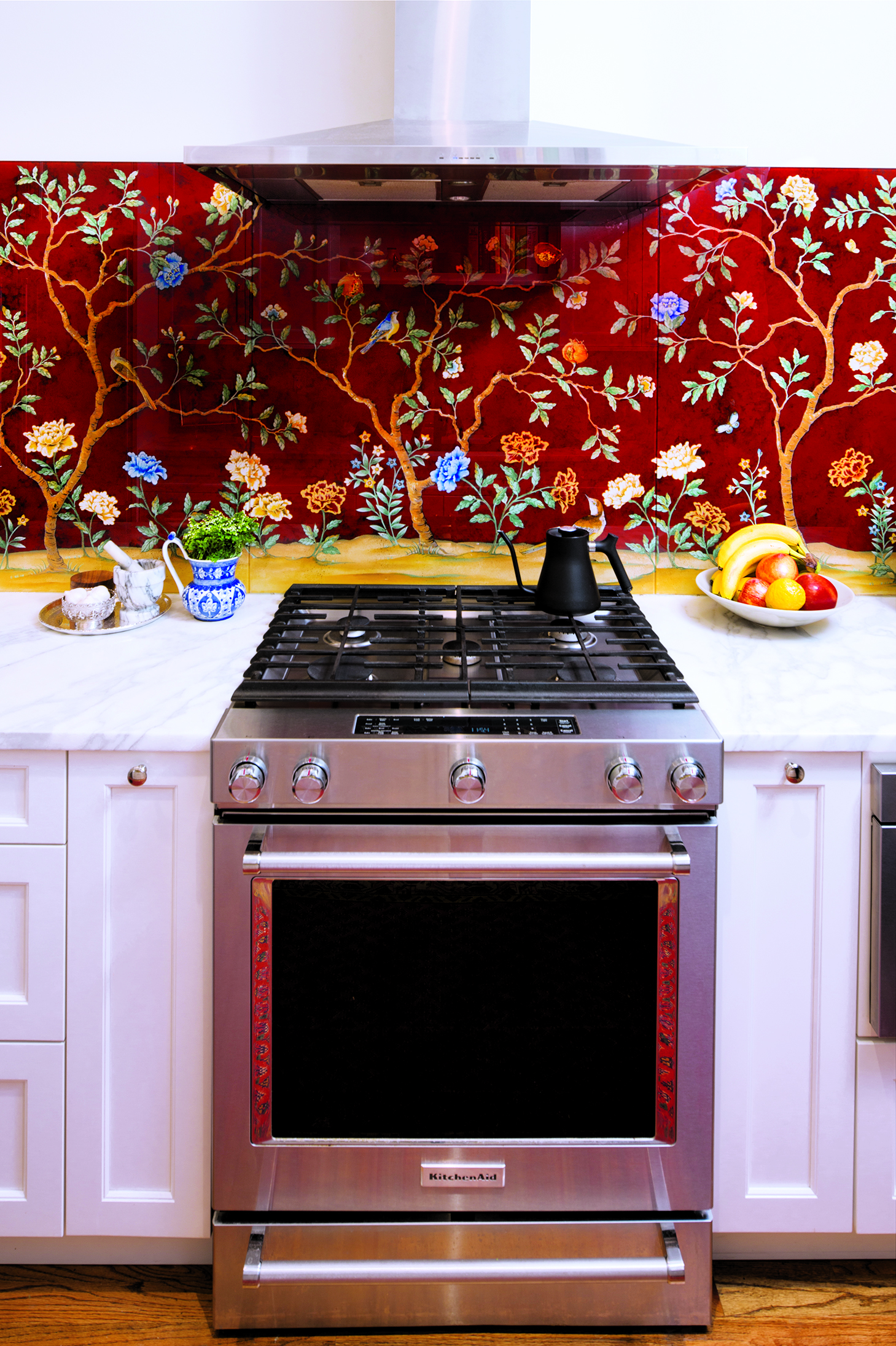 Homeowner and designer Annie Eliott commissioned a backsplash depicting Mid-Atlantic birds and flowers. Photograph by Jenn Verrier Photography.