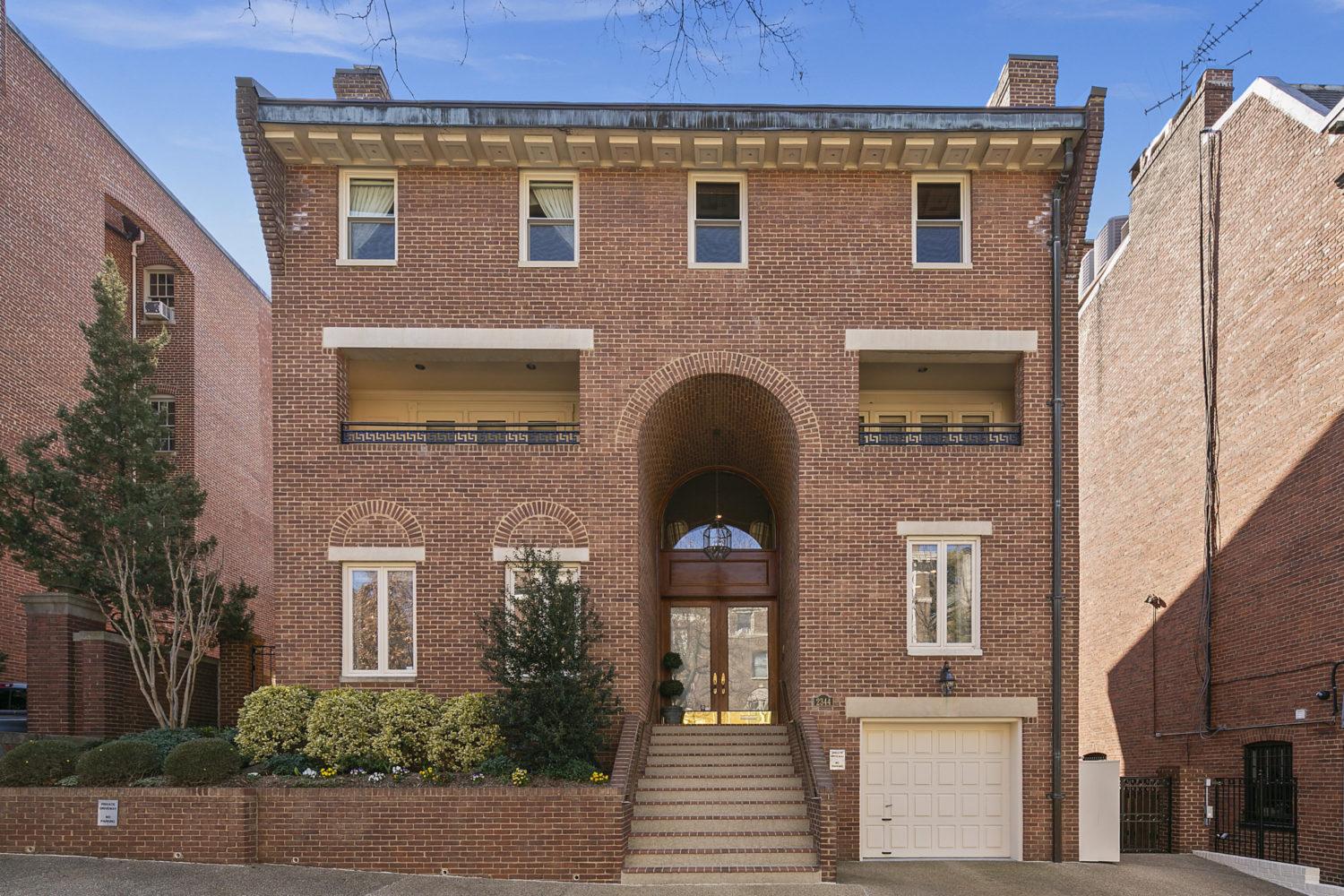 Exquisite Detached Residence with Notable Neighbors!