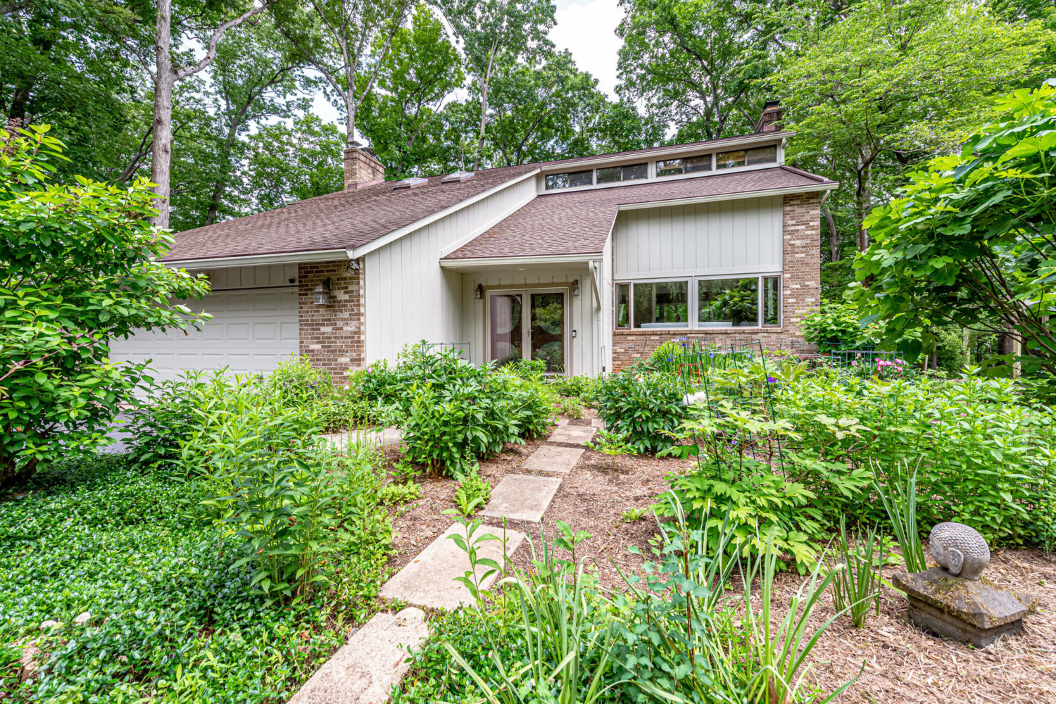 Tranquil 6 BED / 3.5 BA Lakefront Oasis in Oakton!